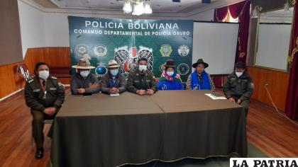 Policía departamental, Fsutco y Bartolina Sisa, acuerdan restitución policial en provincias y municipios orureños LA PATRIA