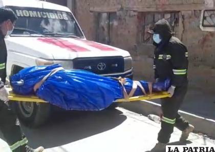 Personal de la Felcc efectuando el levantamiento legal del cadáver /LA PATRIA