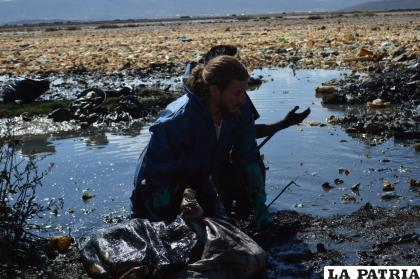 Uno de los principales impulsores, el francés Alexis Dessard, metido en el agua contaminada