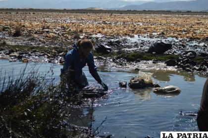 Alexis Dessard limpiando el acuífero