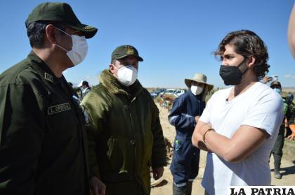 Efectivos policiales conversando con voluntarios que acudieron al lugar para limpiar