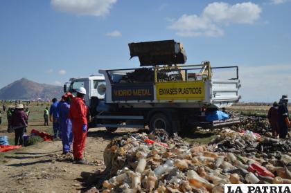Los desechos fueron cargados en camiones
