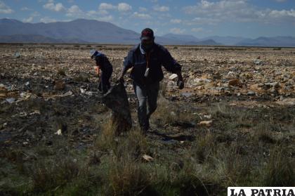 Muchos orureños respondieron a la convocatoria para limpiar el lago