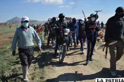 Policías y ciudadanos llegan para efectuar la limpieza