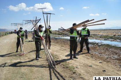 """Efectivos del """"verde olivo"""" portando herramientas necesarias para el trabajo"""