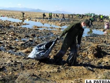 Los efectivos policiales tuvieron una ardua labor para limpiar el lago /LA PATRIA