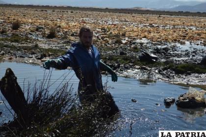 El francés Alexis Dessard en plena labor de limpieza /LA PATRIA