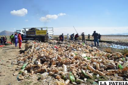 Arduo trabajo de los voluntarios durante la jornada de limpieza /LA PATRIA