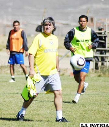 Marcelo Zuleta dirige el entrenamiento de San José