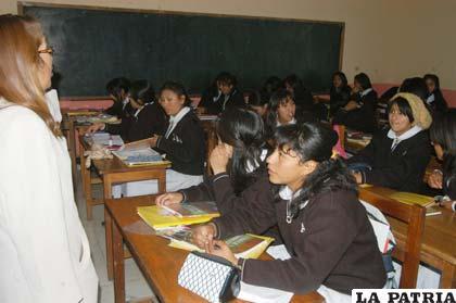 Estudiantes en pleno proceso enseñanza - aprendizaje