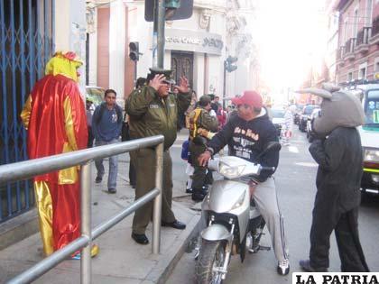 El Cap. Villarroel exige el casco de seguridad al motociclista