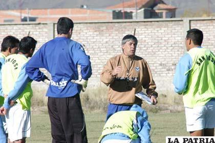 Zuleta imparte instrucciones a los jugadores de San José
