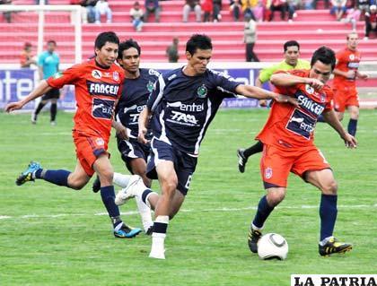 Una escena del partido de ida entre Real Mamoré y Universitario