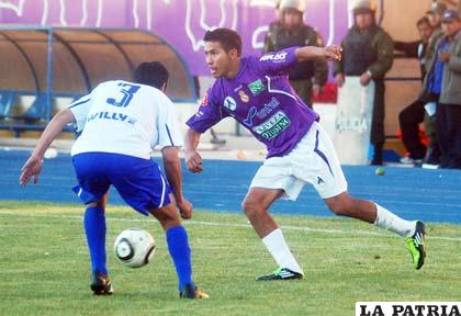 Yecerotte domina el balón ante la marca de Vargas