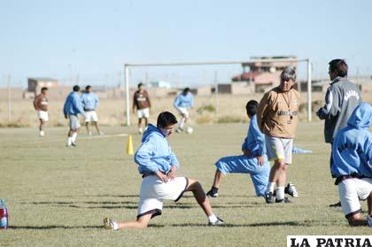 Zuleta junto a los jugadores de San José, en el entrenamiento de ayer