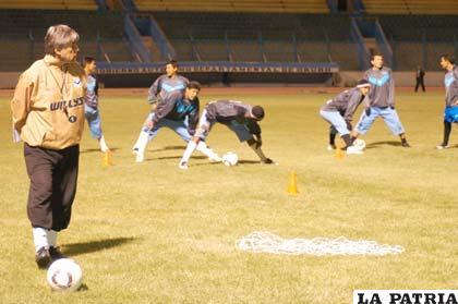 """Jugadores de San José en el entrenamiento de anoche en el """"Bermúdez"""""""