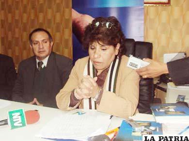 Marlene Ardaya en conferencia de prensa en Oruro