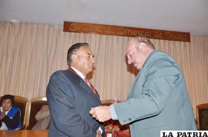 """Alfredo Luján recibe la medalla """"Enrique Miralles B"""" 2011"""
