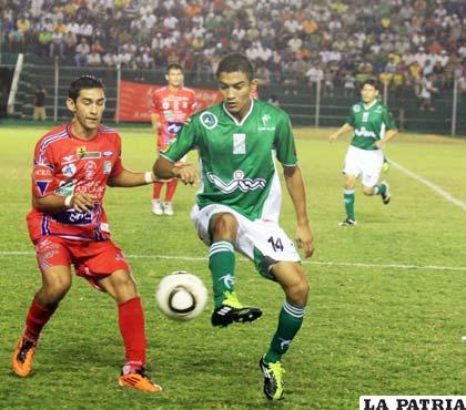Alcides Peña, intenta eludir la marca de Carlos Pinto