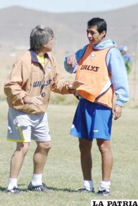 El entrenador Marcelo Zuleta instruye a Cristian Vargas