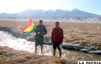 Jilakata principal Darwin Aldava, junto a un militar en una de las vertientes el río Isluga