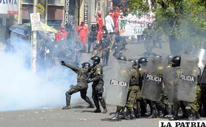 """Médicos y universitarios continúan protestas y se enfrentan con la Policía, piden """"abrogación"""" (Foto APG)"""