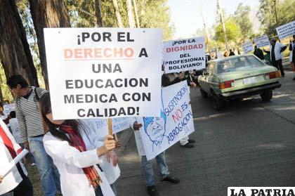 Universitarios de la UMSS protestan en avenida Ecológica (Foto APG)