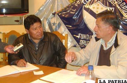 Mamani en diálogo con Sandy en la sede del club San José
