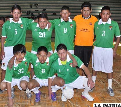 Jugadores del equipo del colegio particular Bolivia