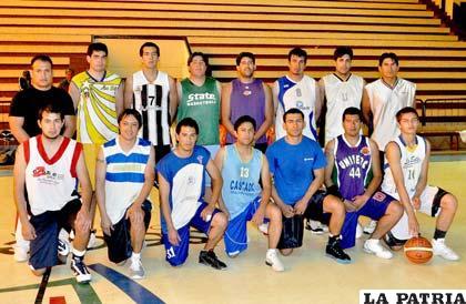 Los preseleccionados entre ellos el orureño Fernández con la No. 8 (foto: APG)