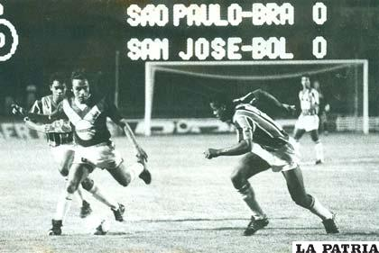 Daniel Valencia domina la pelota en ocasión del partido ante San Pablo en Brasil el partido terminó 1-1 (foto: archivo)
