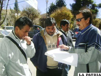 Hinchas orureños estuvieron en las calles haciendo firmar la carta