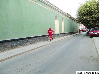 Un efectivo de Bomberos corre para ayudar en la búsqueda