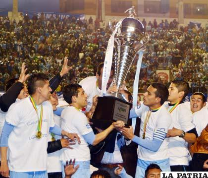 Flores y Ferreira con el trofeo de campe�n en manos