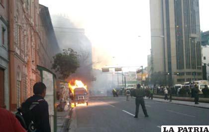 Minibús siniestrado en pleno centro de La Paz