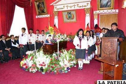Los restos de María Luisa Zevallos en el Salón Rojo de la Alcaldía