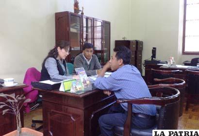 Personal del Banco Mercantil Santa Cruz ofrece créditos vehiculares