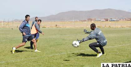 Barahona contiene el remate de Gomes en el entrenamiento de ayer
