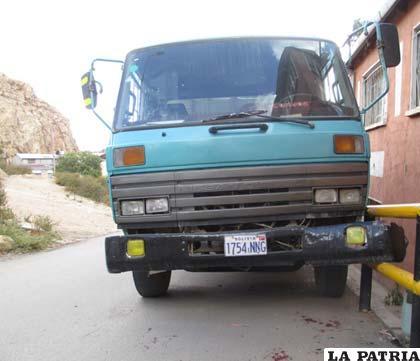 Se observa al camión junto a la baranda de seguridad y el parachoques abierto que hirió a una persona