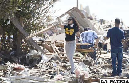 Buscan sobrevivientes entre los escombros en Moore