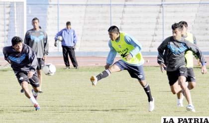 """Durante el entrenamiento del equipo de San José ayer en el estadio """"Jesús Bermúdez"""""""