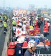Socorristas se preparan para asistir a los heridos por la explosión de un camión cisterna