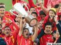 Festejo de los jugadores de Unión Española con el trofeo de campeón