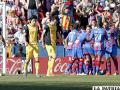 Festejo de los jugadores del Levante ante la tristeza de los del Atlético