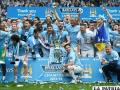 Los integrantes del Manchester City con el trofeo de campeón