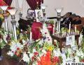 El féretro de Pimentel junto a las expresiones de aprecio mediante los arreglos florales