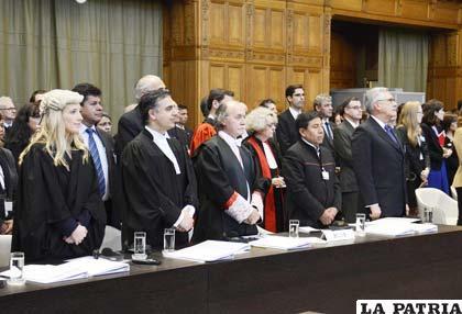 Juristas internacionales de Bolivia en La Haya junto al agente ante ese tribunal, Eduardo Rodríguez