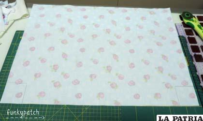 Recortamos estos cuadrados en las 4 piezas de tela.