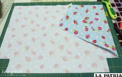 Cosemos los laterales y la base del bolso, dejando sin coser la parte superior y los cuadrados que hemos recortado anteriormente. Planchamos las costuras abiertas.
