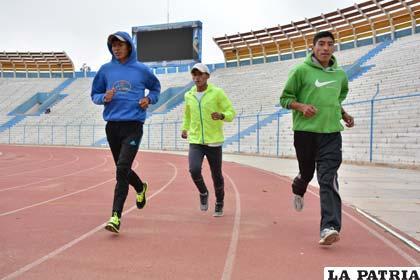 La preparación de los atletas se realizó en la pista del estadio